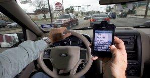 """Como una """"epidemia"""" califican oficiales de la Patrulla de Caminos de California (CHP, siglas en inglés) la problemática de personas que atienden llamadas o mandan mensajes de texto por celular mientras manejan."""