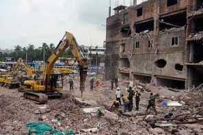 Los servicios de rescate han encontrado viva a una mujer entre los escombros del complejo textil de nueve plantas que se derrumbó el pasado 24 de abril.
