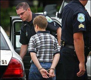 El menor ha sido arrestado por homicidio dos semanas después del crimen puesto que al principio declaró que vio huir a un intruso por la ventana antes de encontrar a la niña muerta.