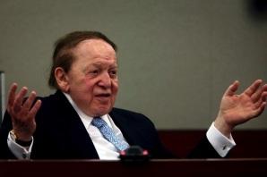 as Vegas Sands, compañia del magnate estadounidense Sheldon Adelson, deberá pagar 70 millones de dólares al empresario de Hong Kong, Richard Suen, por su intervención en la gestión de la concesión de una licencia de juego en Macao en el 2002, según la decisión de un jurado de Las Vegas que hoy se pronunció a favor del demandante.