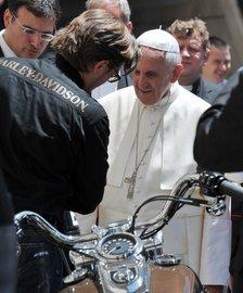 El Papa Francisco, enfrente de una Harley-Davidson después de la misa semanal en la plaza San Pedro AFP.