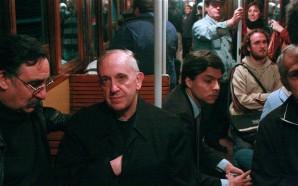 El ex cardenal Bergoglio, antes de ser Papa, utilizaba el transporte público. Aquí lo vemos en el subterráneo de Buenos Aires, como un pasajero más.