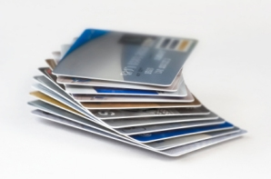 Las tarjetas de prepago ofrecidas por algunos de los bancos grandes no son necesariamente más baratas que otras tarjetas de prepago.