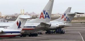 Aviones de American Airlines en el aeropuerto de LaGuardia de Nueva York. / CARLO ALLEGRI (REUTERS)