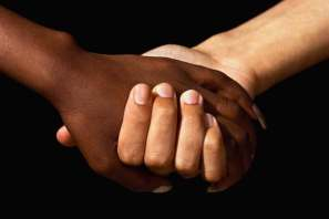 manos-negra-blanca