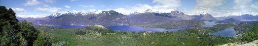 Cerros Catedral, López y Capilla, y los lagos Moreno y Nahuel Huapi, vistos desde el Cerro Campanario, en San Carlos de Bariloche, Argentina.