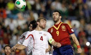 El delantero de la selección española, Álvaro Negredo (d), disputa un balón con el jugador de Georgia, Kashia, en el partido clasificatorio para el Mundial de Brasil 2014, en el estadio.