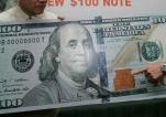Autoridades muestran algunas de las características del nuevo billete de $100 que fue rediseñado con colores sutiles y otros aspectos de seguridad para dificultar más su falsificación.