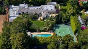 La lujosa mansión tiene 15 cuartos de baño, 9 dormitorios, gimnasio, sala de cine y piscina.