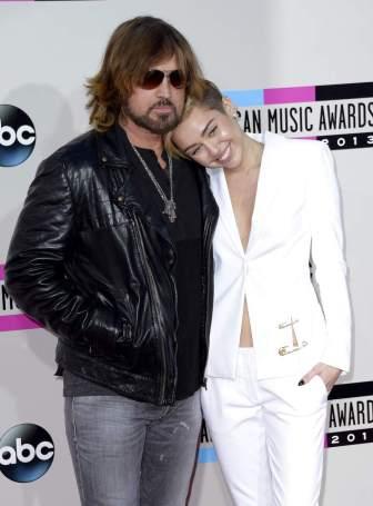 MILEY CYRUS, FAMILIAR Y RECATADAMiley Cyrus llegó a la gala de la mano de su padre, el músico Billy Ray Cyrus, y en todo momento se mostró modosa y recatada, alejada de la imagen que ofrece últimamente. (Paul Buck / EFE)
