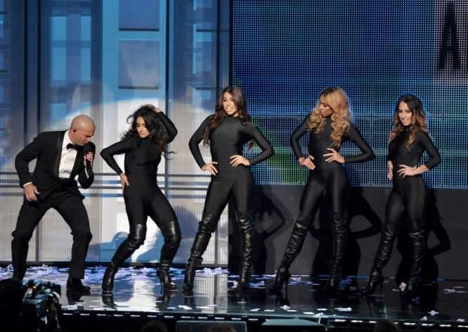 Pitbull ofreció un par de actuaciones memorables, como la que realizó junto a Jennifer López y que, según los críticos, fue el espectáculo de la noche. (GTRES)