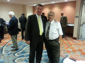 Marcelo Bottini, director general de Aerolíneas Argentinas para Norteamérica y José Caló, de la Alcaldía de la ciudad de Miami.