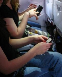 La medida significa que los pasajeros podrán en todo momento leer, trabajar, jugar, ver películas, escuchar música y contestar sus mensajes electrónicos dentro de los aviones.