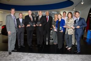 Todos los ganadores de los Premios Ruedas ESPN 2011 junto a los presentadores y ejecutivos de la emisora en el Auto Show Miami 2011. Foto Guillermo Caminos