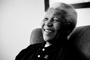 La cinta se basa en la vida del líder sudafricano, desde su infancia hasta su tiempo en prisión.