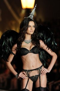 La modelo Barbara Fialho durante el Victoria's Secret Fashion Show en el Lexington Avenue Armory de New York -