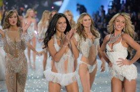 Karlie Kloss, Adriana Lima, Candace Swanepoel, Behati Prinsloo y el resto de modelos durante el final del 2013 Victoria's Secret Fashion Show - 14/11/2013 | Randy Brooke - GYI