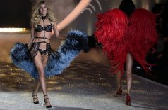 La modelo Doutzen Kroes de Holanda luce una creación de la marca de lencería Victoria's Secret durante el desfile de otoño 2013 en Lexington Armory, Nueva York (EE.UU.) - 14/11/2013 | JASON SZENES - EFE