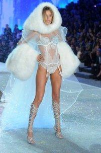 Doutzen Kroes durante el 2013 Victoria's Secret Fashion Show en el Lexington Avenue Armory de New York City
