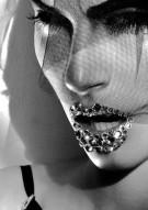 """Esta temporada, en el maquillaje de fiesta se impone el brillo con efecto """"glitter"""", una tendencia que se ha rescatado de las pasarelas de alta costura y que llega a la calle con aires de fiesta."""