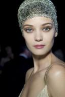 La maquilladora Linda Cantello ha creado para Giorgio Armani un maquillaje más suave en tonos marrones, pero atractivo y luminoso.
