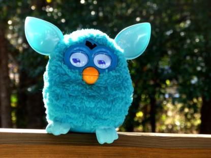Furby (1998) Un año más tarde, un muñeco conocido por el nombre de Furby y fabricado por Tiger Electronics, se coló en la lista de regalos navideños para revolucionar nuestra casa. Pese a que su precio era de unos 21 euros en EE.UU, la demanda de los muñecos durante las vacaciones de verano del 98 hicieron que la gente llegará a pagar hasta 72 euros en la reventa. Se vendieron más de 27 millones de estos juguetes durante el primer año que salió al mercado.