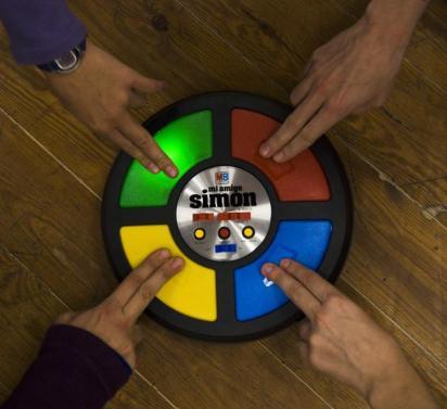 Simon (1978) Este juego vio la luz por primera vez en 1978 de la mano de Milton Bradley, dueño de MB, pero hasta 1981 solo se comercializó en EE.UU, logrando encabezar la lista de regalos de entonces. Simon estaba compuesto de cuatro botones de diferentes colores (rojo, verde, azul y amarillo), y cada botón emitía un sonido distinto. La finalidad de este juego era recordar la secuencia de luces que Simon hacía y volver a reproducirla pulsando los ...