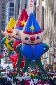 The Yes Virginia balloon floats in the 87th Macy's Thanksgiving Day Parade in New York in New York, Thursday, Nov. 28, 2013. (Yahoo News/Gordon Donovan) El globo de Bob Esponja, durante el desfile del día de Acción de Gracias, en Nueva York, el 28 de noviembre de 2013. REUTERS/Eric Thayer (UNITED STATES - Tags: SOCIETY ENTERTAINMENT) El globo de Buzz Lightyear, durante el desfile del día de Acción de Gracias, en Nueva York, el 28 de noviembre de 2013. (Yahoo News/Gordon Donovan) El globo de un duende, durante el desfile del día de Acción de Gracias, en Nueva York, el 28 de noviembre de 2013. REUTERS/Eric Thayer (UNITED STATES - Tags: ENTERTAINMENT SOCIETY) Los globos de los ayudantes de Santa Claus, durante el desfile del día de Acción de Gracias, en Nueva York, el 28 de noviembre de 2013.