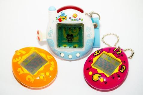 El famoso juguete, creado en 1996 por Aki Maita y comercializado por Bandai, vuelve a casa por Navidad. Si cuando salió al mercado vendió casi 40 millones de unidades, veremos a ver lo que hace ahora, 20 años después, con su versión mejorada. El Tamagotchi 2.0 cuenta con 24 personajes, el original incluía solo 6, y tiene integrado un sistema de comunicación con el que los niños podrán comunicarse con otros por mensajería ...