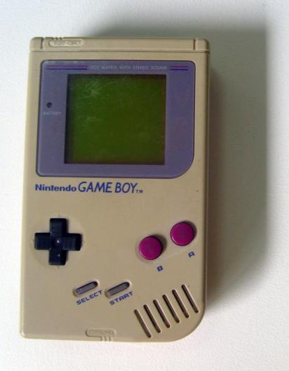 Game Boy (1989) La consola portátil de Nintendo comenzó como un modelo parcialmente experimental, y en su primer año vendió relativamente poco. Sin embargo, con la llegada del fenómeno Tetris y el gran apoyo de otras empresas de videojuegos que trabajaban para NES y Super Nintendo (Capcom, Konami, Enix/Quintet, Namco, Culture Brain, Jaleco, Interplay, Ocean, Square...), las ventas se dispararon. ¿Quién no se acuerda de su Game Boy?