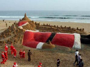 Sombreros rojos con franjas blancas son la indumentaria más común, en países tan distantes como China, Nepal, Pakistán y México, donde la fecha se celebra con alegría y muchos Santa Claus.
