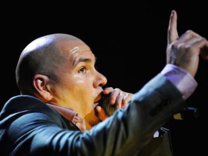 En el 2007 el rapero cubano Pitbull fue detenido por conducir a gran velocidad en la ciudad de Miami, Florida en Estados Unidos, lo cual obligó a las autoridades a hacerles la prueba de alcohol, la cual no superó. Varias horas después de haber pasado preso en una cárcel de Miami, fue puesto en libertad tras pagar una fianza de mil dólares.
