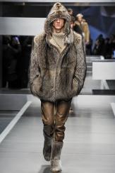 Fendi Se recupera el lado más salvaje con elementos como este abrigo de zorro.