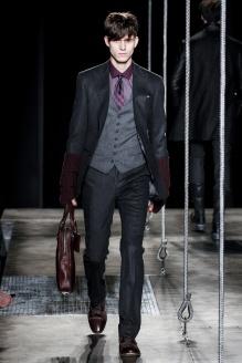 ohn Varvatos El diseñador americano ha apostado de manera fuerte por el traje, creando elegantes formas y ciñiéndose a un paleta de colores que se mueve por los grises.