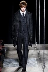 John Varvatos Todo hombre debería tener un traje de John Varvatos el próximo invierno.