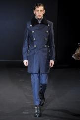 Les Hommes La inspiración militar está muy presente en los modelos de Les Hommes.