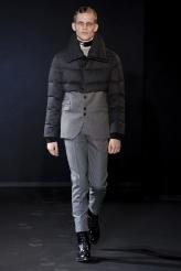 Les Hommes Es una de las propuestas más arriesgadas que hemos visto sobre la pasarela pero no podemos negar que esta combinación de acolchado y traje clásico nos resulta de lo más interesante aunque posiblemente no la lleven muchos.