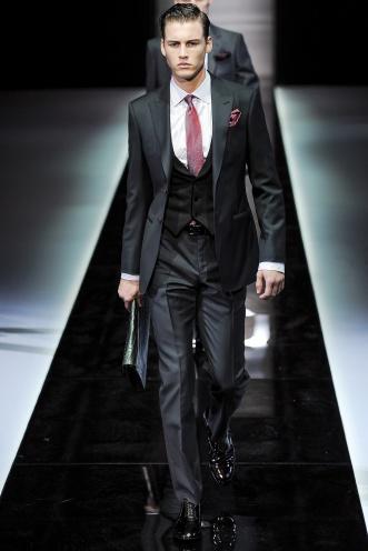 Los trajes de Giorgio Armani se combinan con chalecos de solapas lisos o estampados.