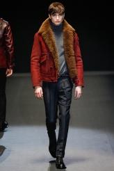 Gucci Otro look que confirma que le llevamos diciendo estos días: el gris es un color fundamental para el próximo invierno como lo es la paleta de rojos. Atención a los pantalones de pinza.