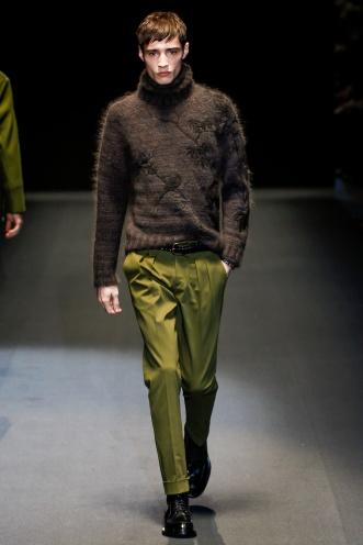El próximo invierno las formas en Gucci se amplían ligeramente y nos encontramos con piezas como este saco de angora bordada.