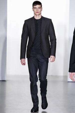 Calvin Klein Collection Italo Zucchelli, máximo responsable de la línea masculina de la firma americana, combina sin pudor el acolchado con el traje. Y el experimento no le podía haber salido mejor.